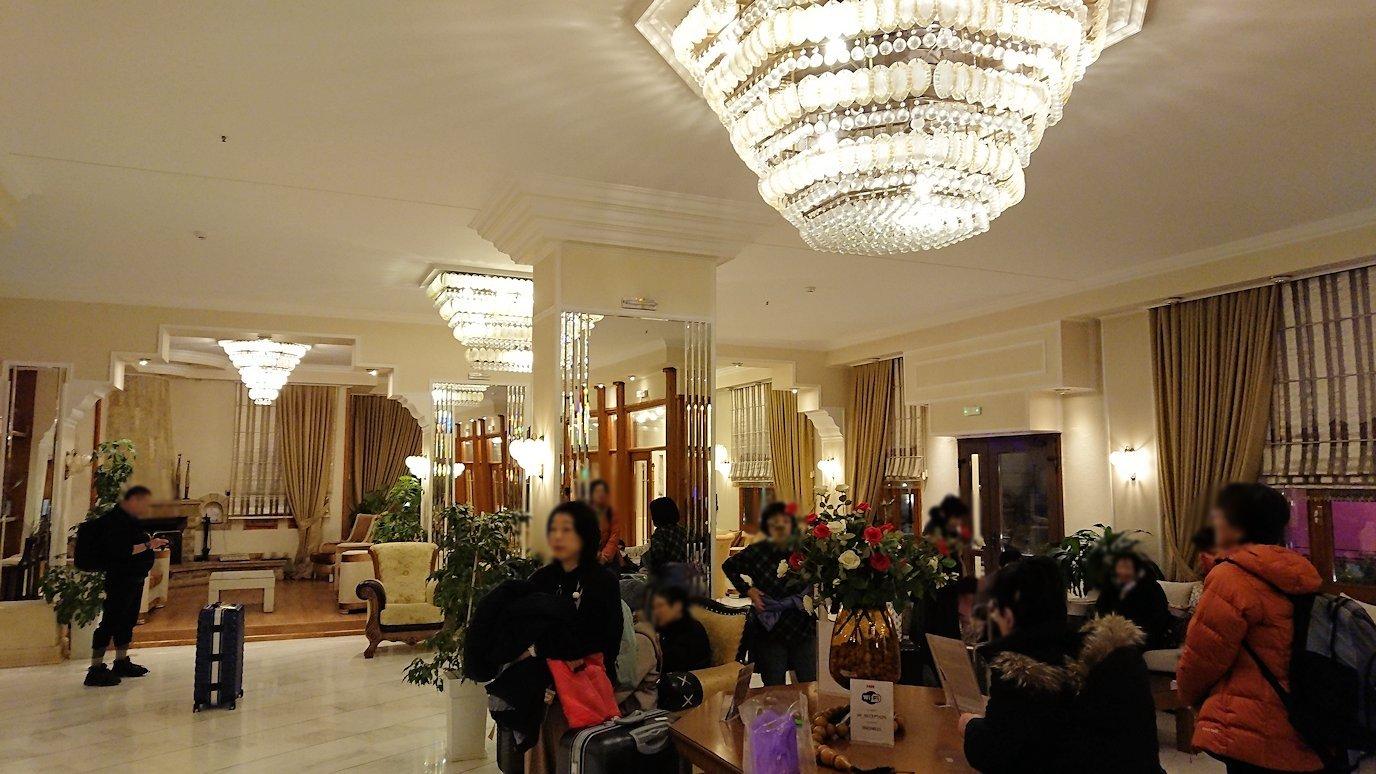 メテオラ地方のホテルに到着し荷物を置く2