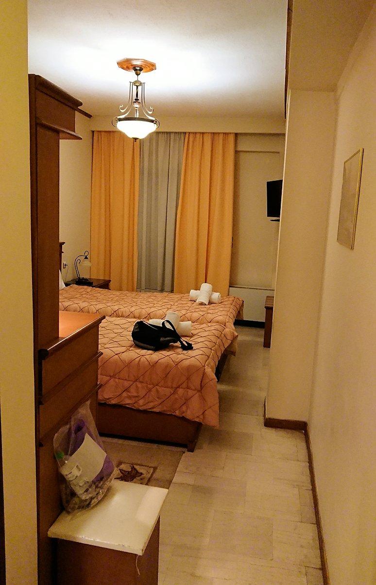 メテオラ地方のホテルに到着し荷物を置く3