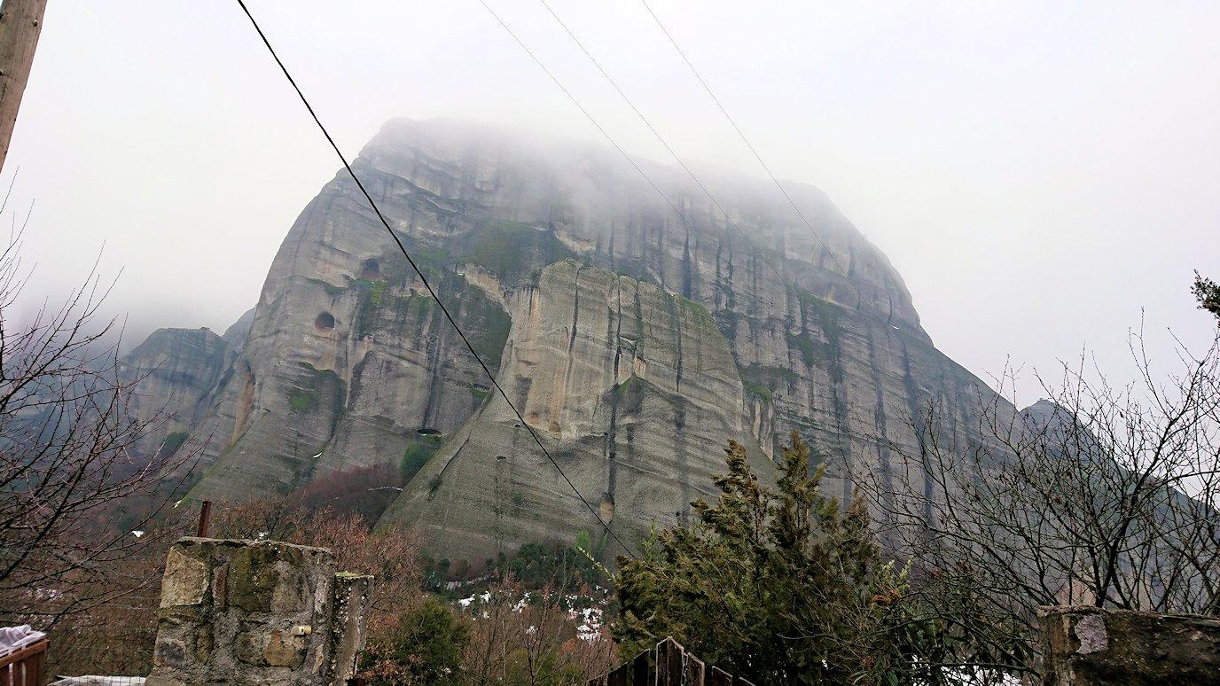 メテオラ地方の岩山を撮影する