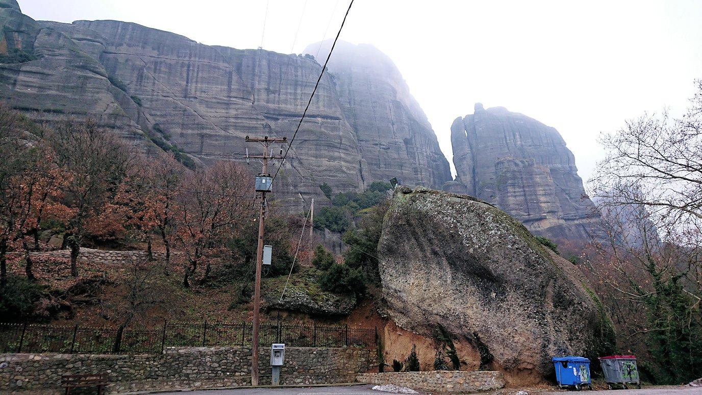 メテオラ地方の岩山を撮影する3