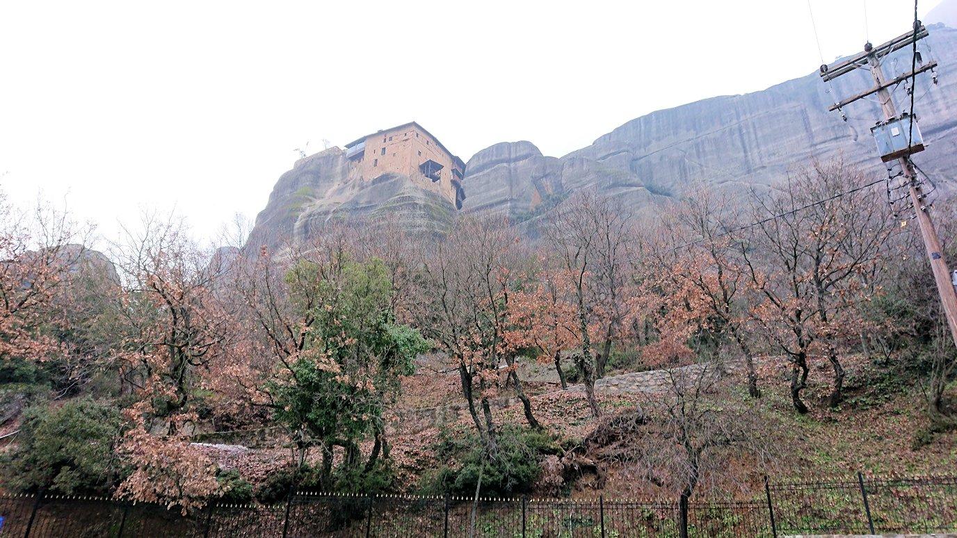 メテオラ地方の岩山を撮影する4