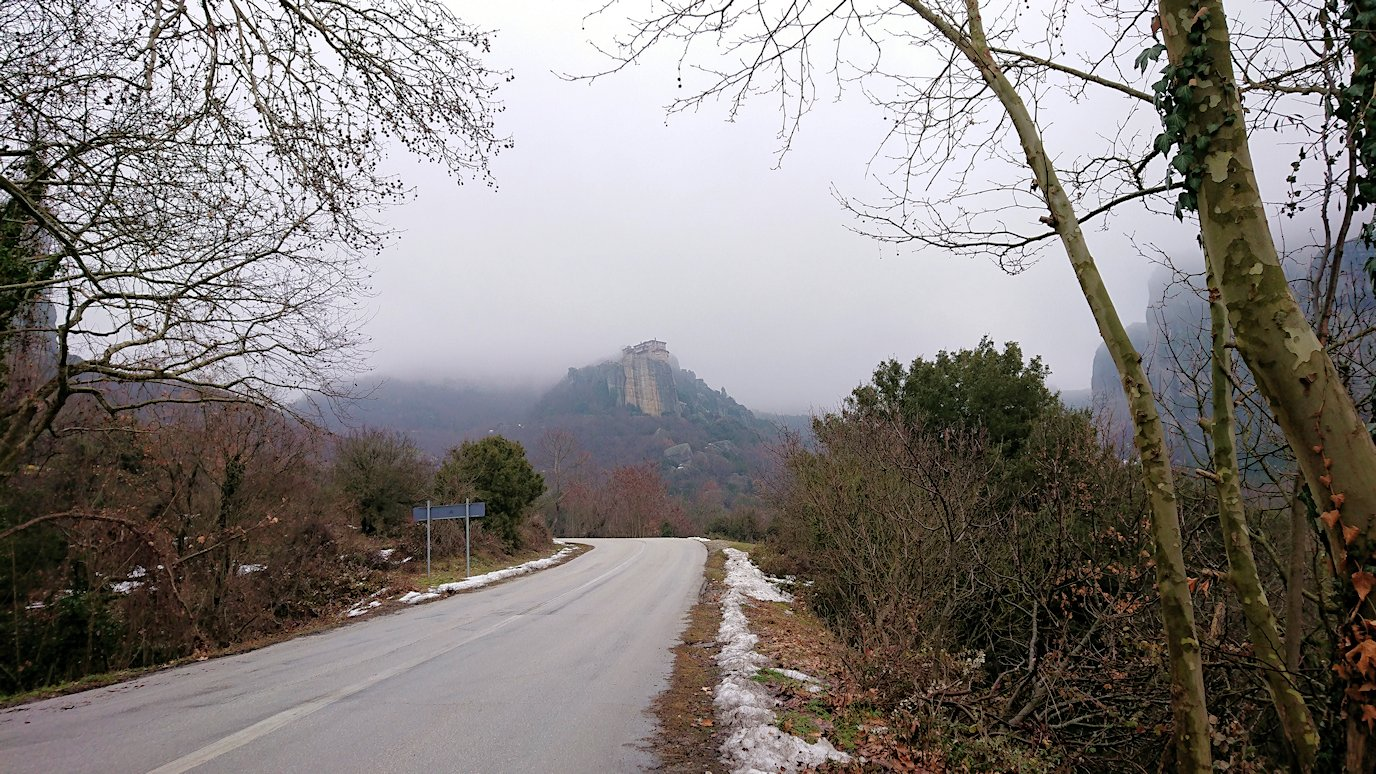 メテオラ地方の岩山を撮影する6
