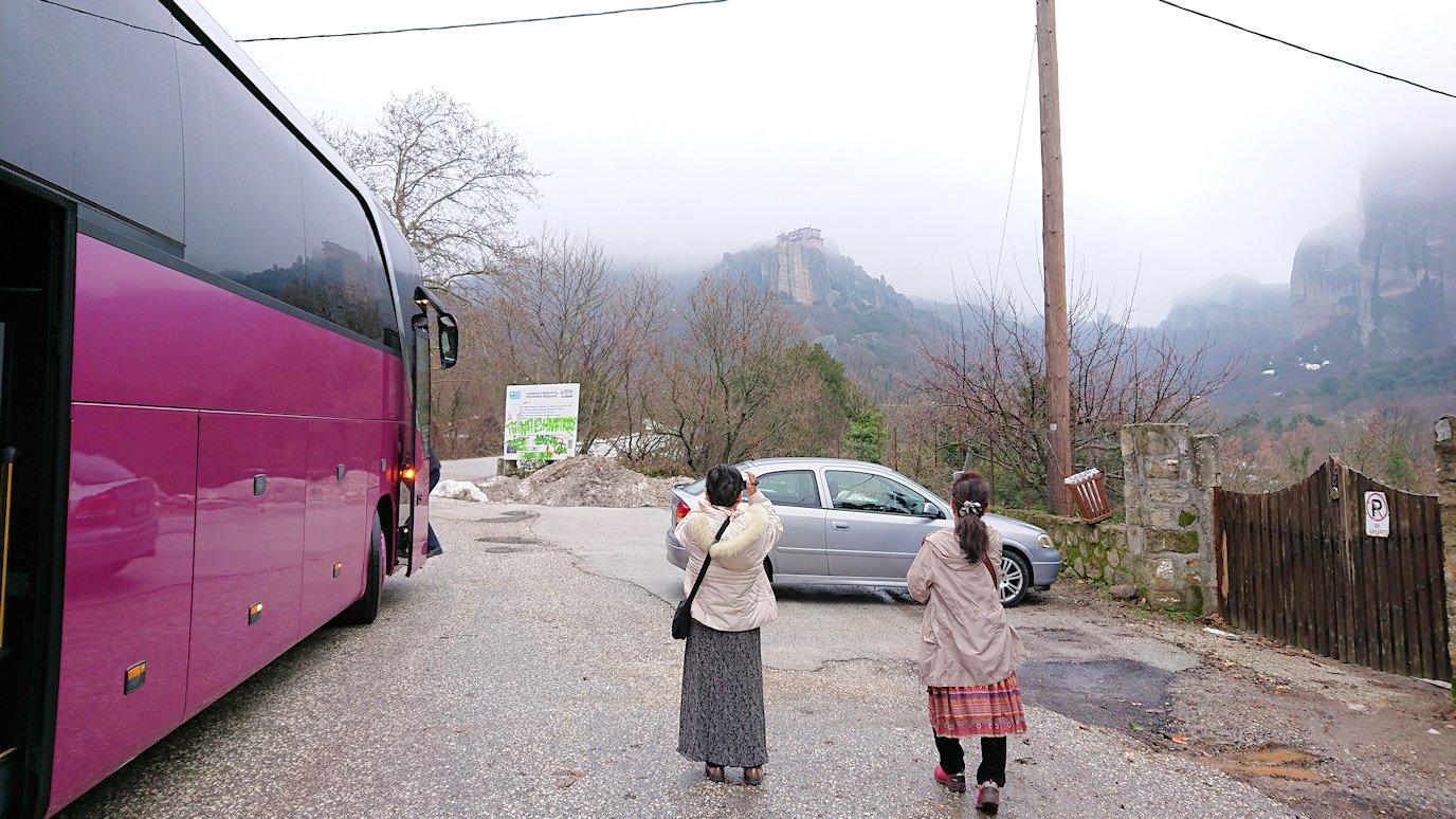 メテオラ地方の岩山を写真撮影