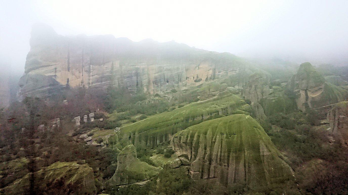 メテオラ地方のアギオス・ニコラオス修道院に向かうバスの中より見える風景5