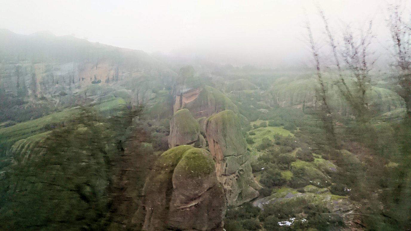 メテオラ地方のアギオス・ニコラオス修道院に向かうバスの中より見える風景6