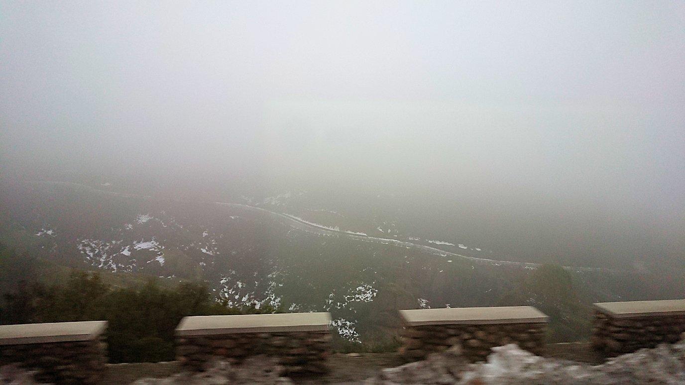 メテオラ地方のアギオス・ニコラオス修道院に向かうバスの中より見える風景7