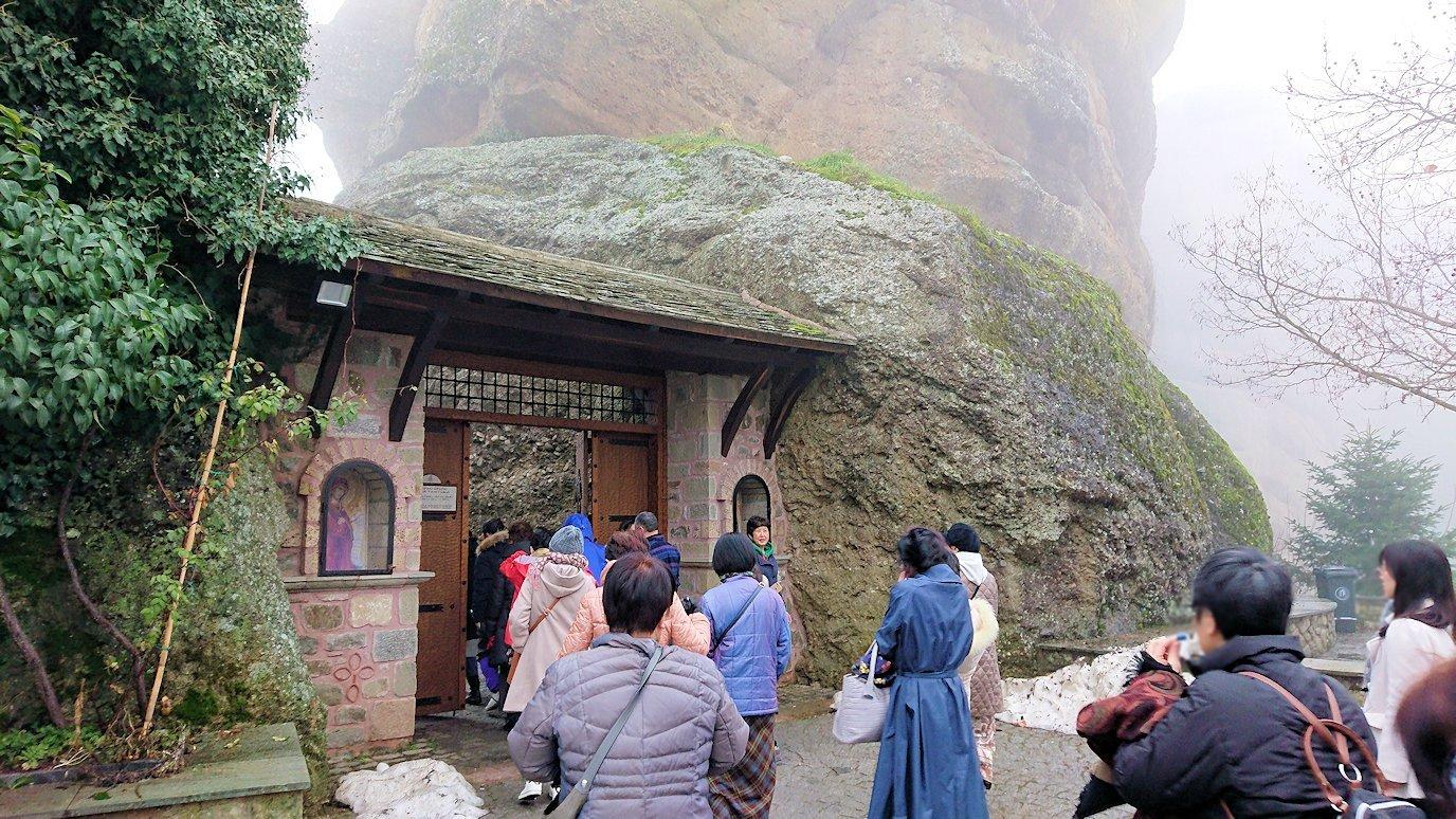 メテオラ地方のアギオス・ニコラオス修道院の門を入っていきます