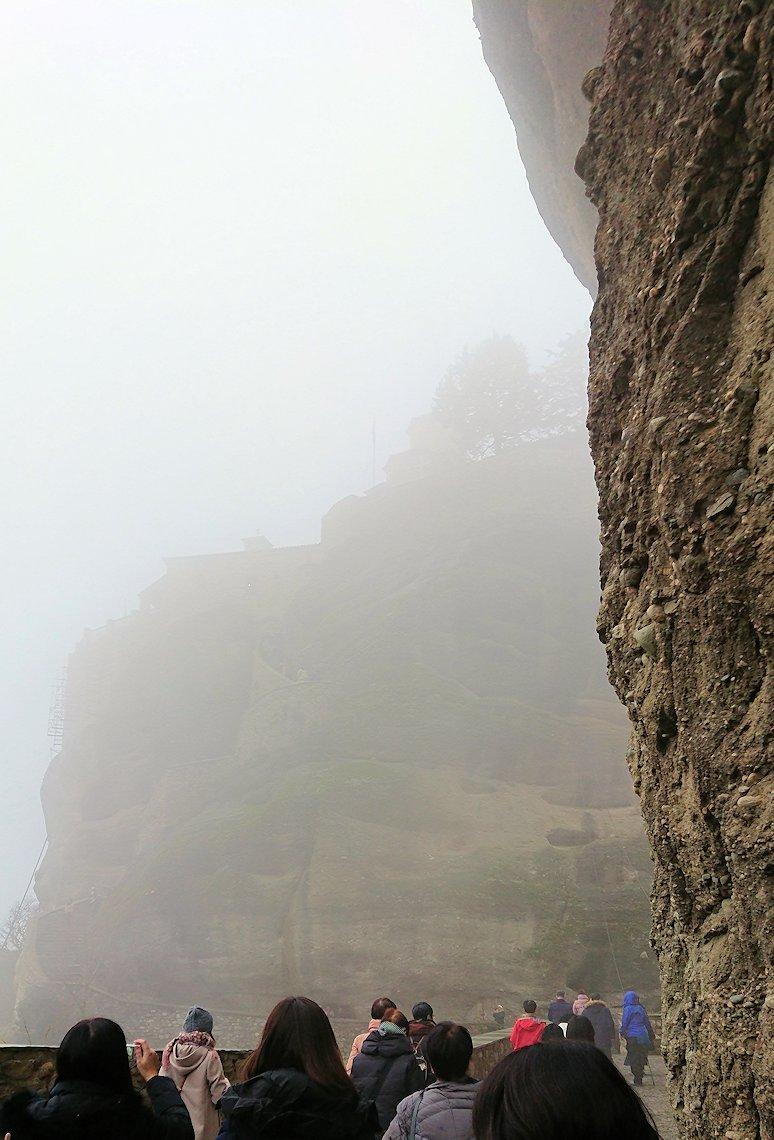 メテオラ地方のアギオス・ニコラオス修道院の門を入って道を進みます2