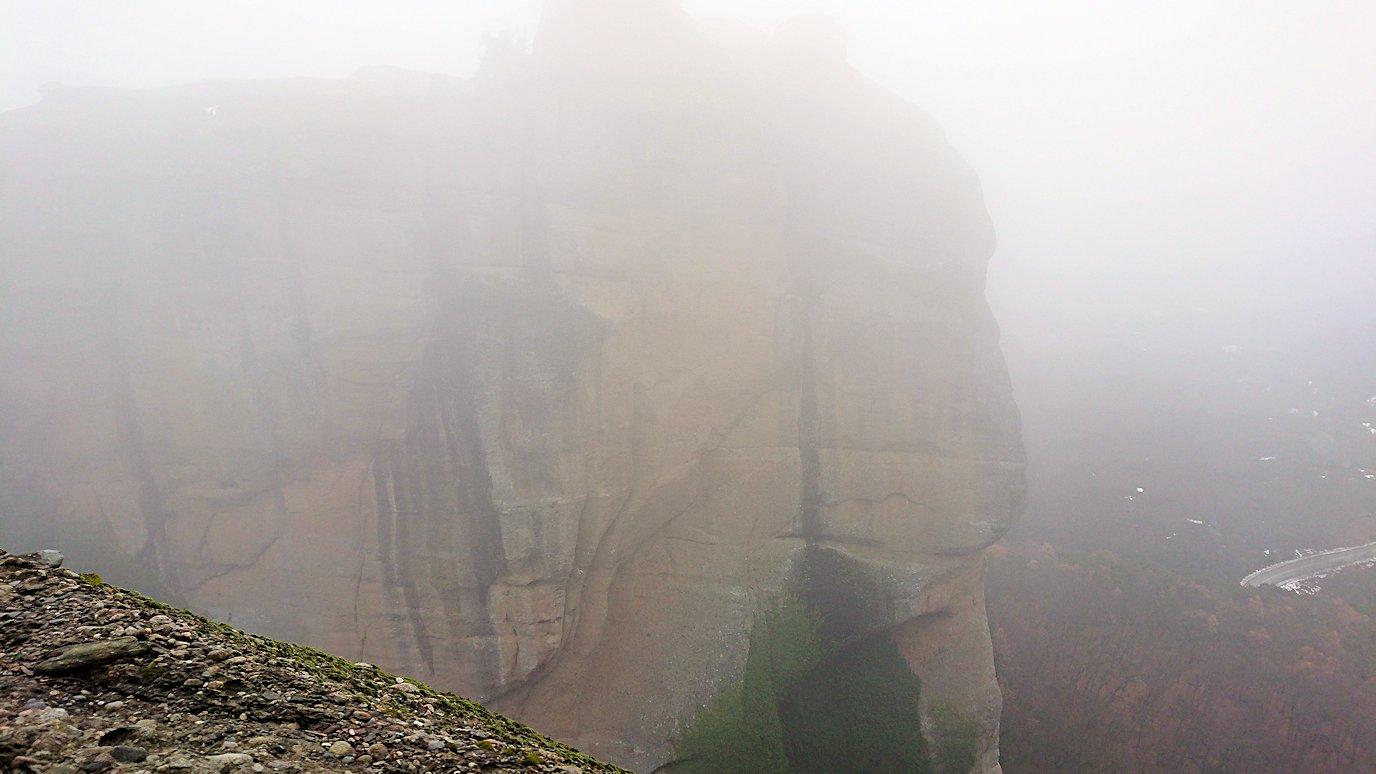 メテオラ地方のアギオス・ニコラオス修道院の門を入って道を進みます3