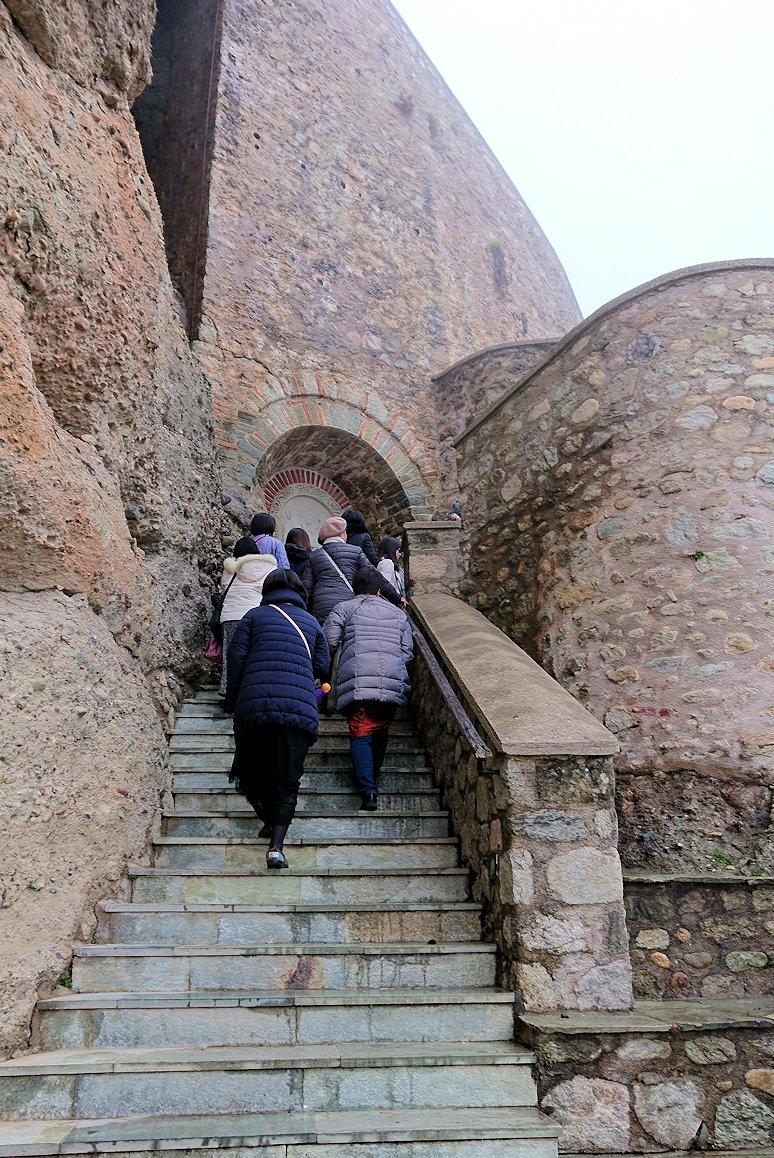 メテオラ地方のアギオス・ニコラオス修道院の門を入って道を進みます4