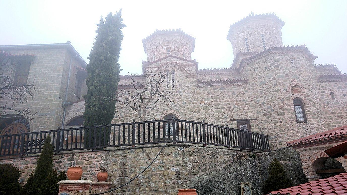 メテオラ地方のアギオス・ニコラオス修道院に入りました