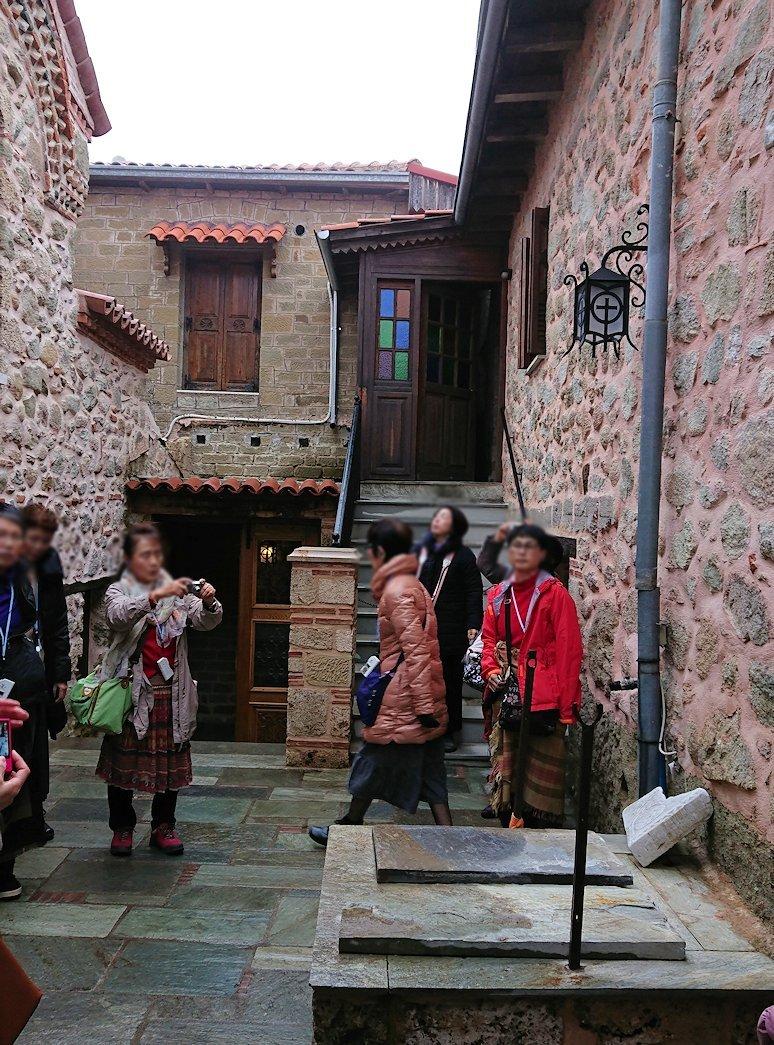 メテオラ地方のアギオス・ニコラオス修道院の見学が始まる2