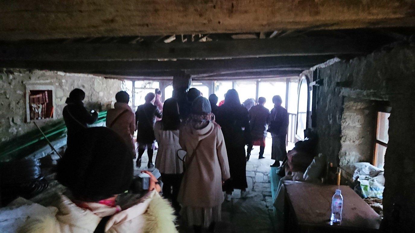 メテオラ地方のアギオス・ニコラオス修道院の運搬口を見学