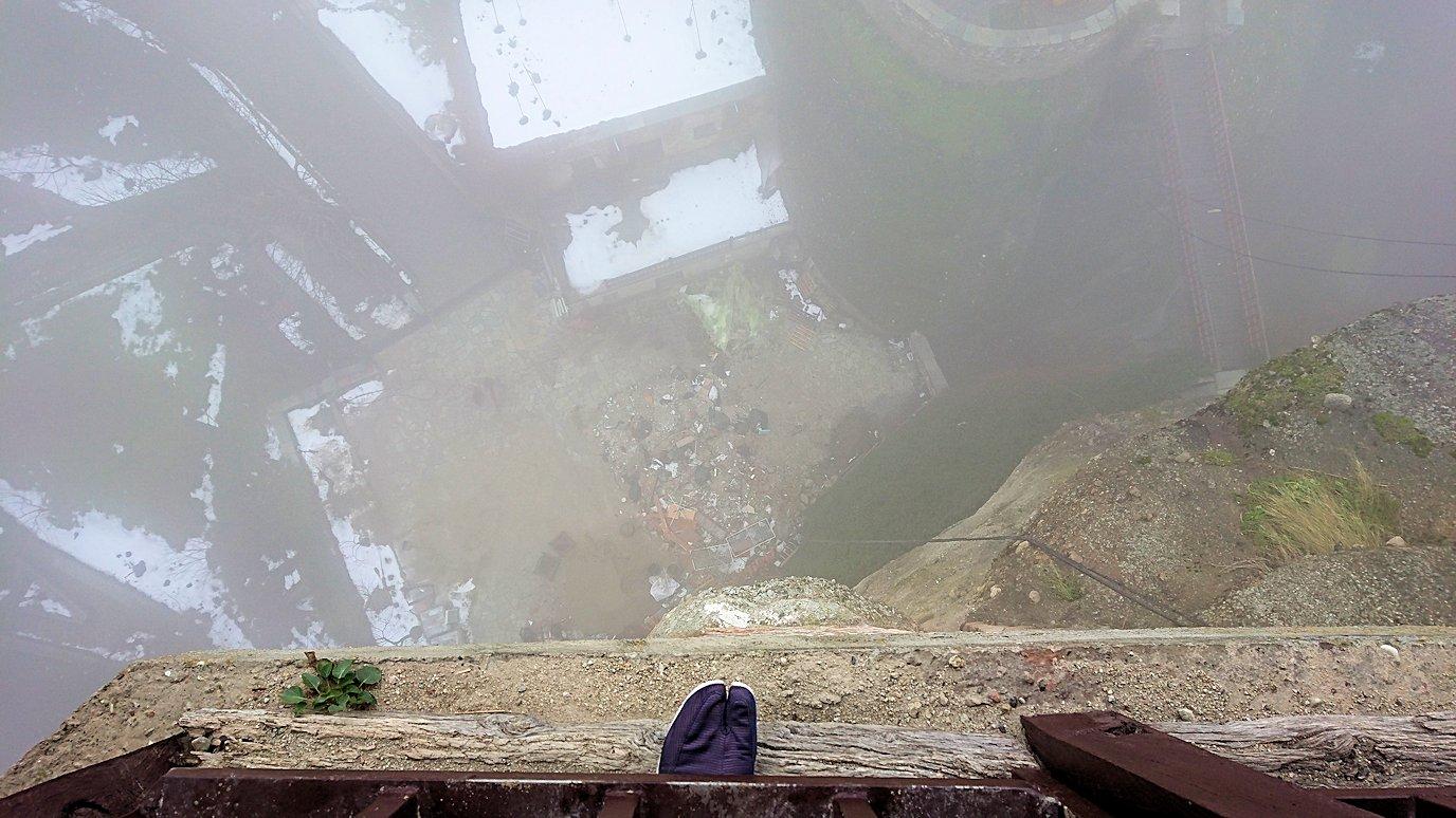 メテオラ地方のアギオス・ニコラオス修道院の運搬口から下を見てみる