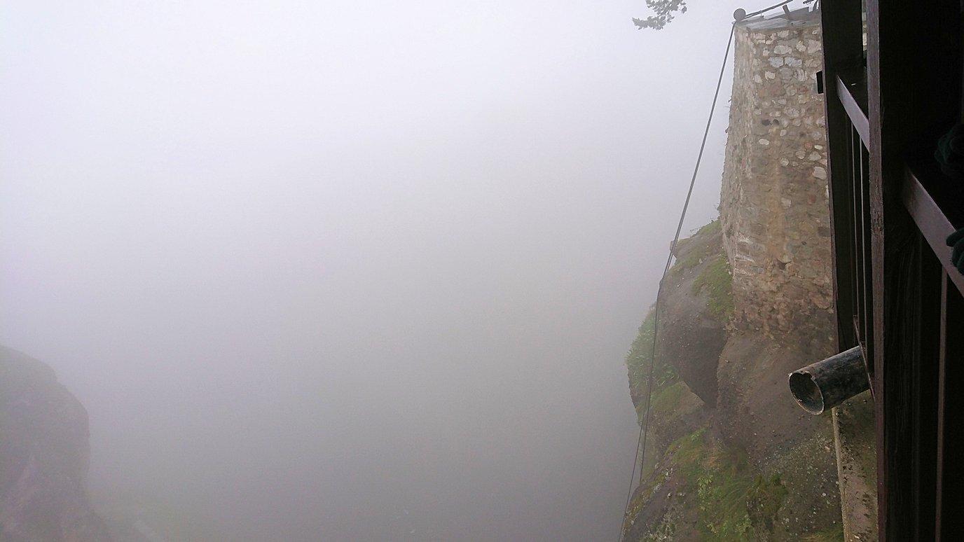メテオラ地方のアギオス・ニコラオス修道院の運搬口から下を見てみる2