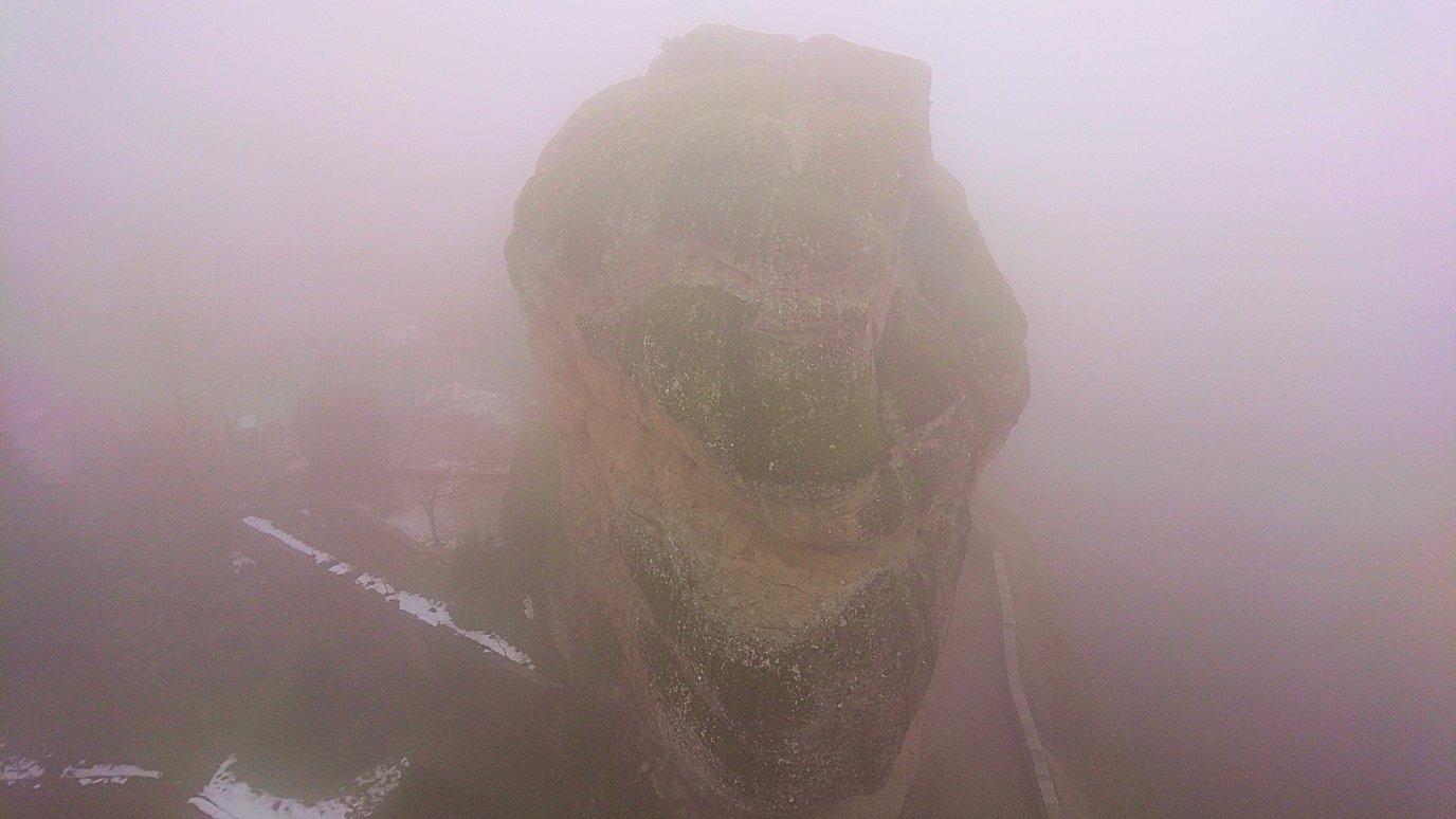 メテオラ地方のアギオス・ニコラオス修道院の運搬口から下を見てみる3