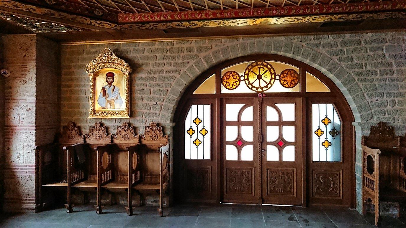 メテオラ地方のアギオス・ニコラオス修道院のお祈り場所を見学