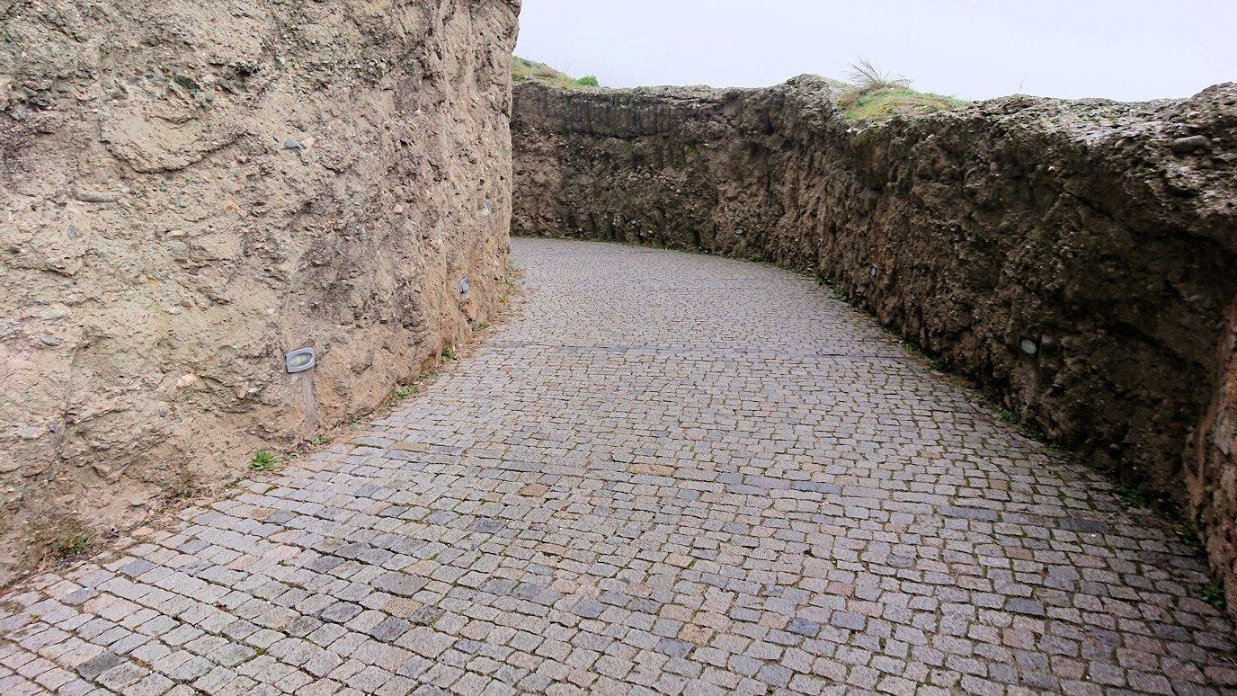 メテオラ地方のアギオス・ニコラオス修道院から出口に向かう途中の風景