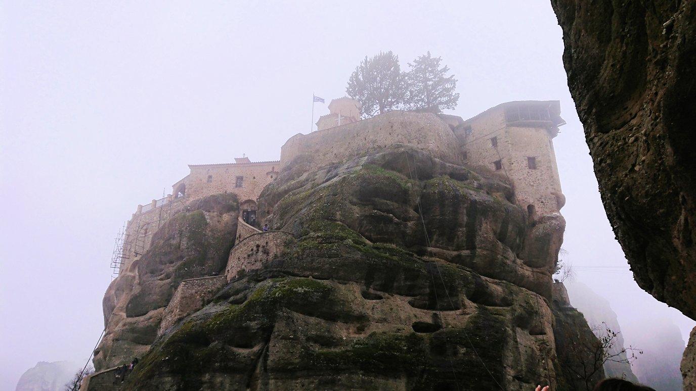 メテオラ地方のアギオス・ニコラオス修道院から出口に向かう途中の風景2