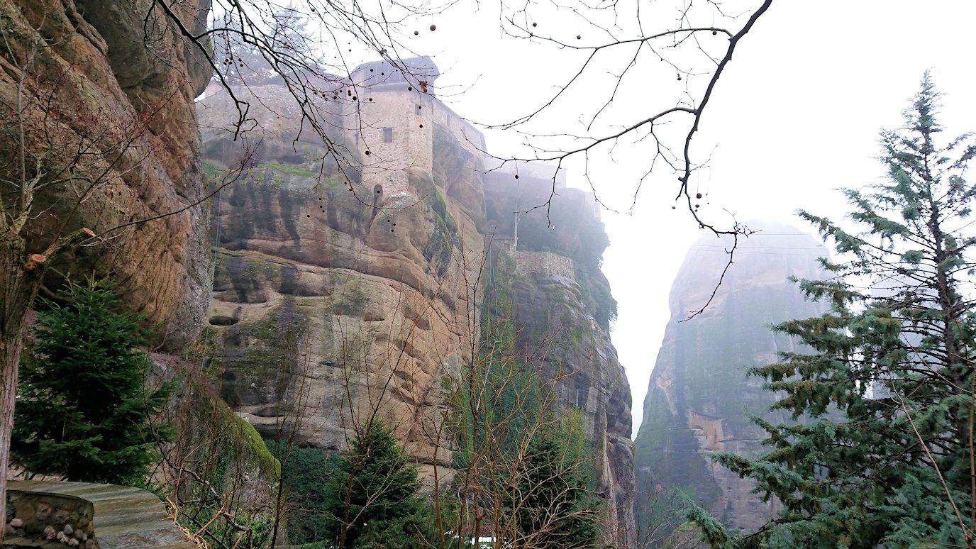メテオラ地方のアギオス・ニコラオス修道院から出口に向かう途中の風景3
