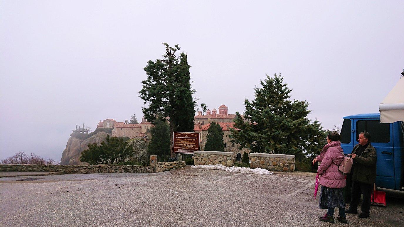メテオラ地方で次の修道院に到着