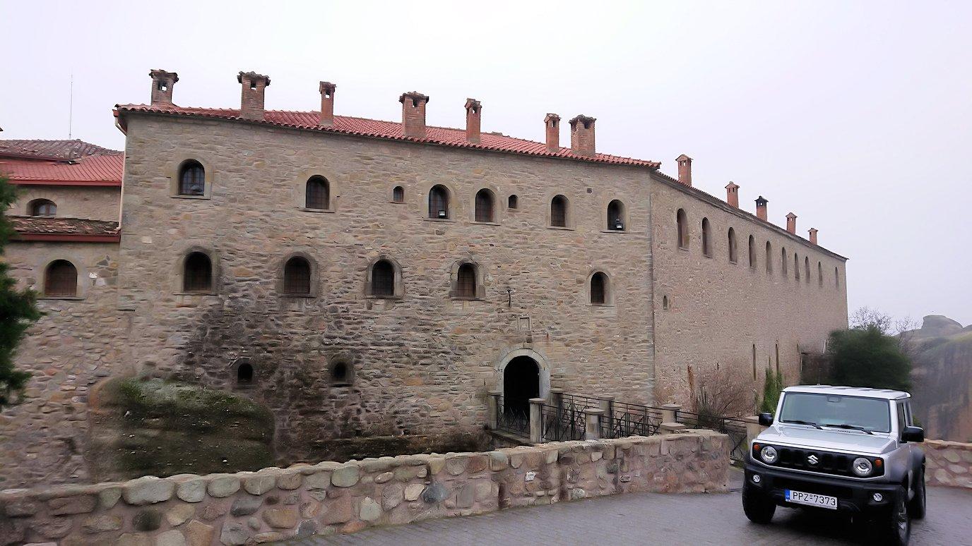 メテオラ地方でアギオス・ステファノス修道院に到着し進んでいきます