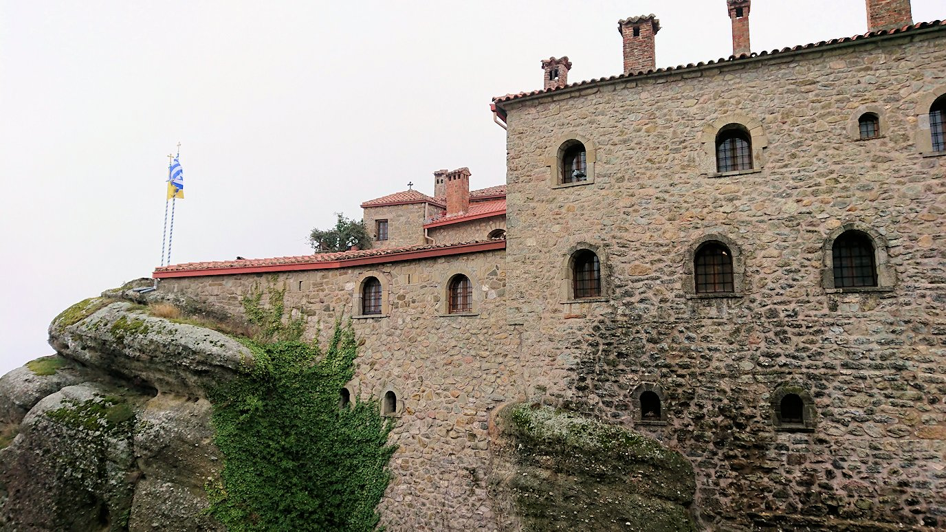 メテオラ地方でアギオス・ステファノス修道院に到着し進んでいきます2