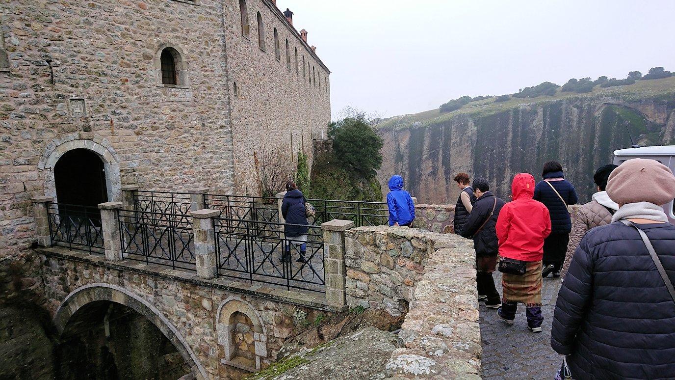 メテオラ地方でアギオス・ステファノス修道院に到着し進んでいきます3