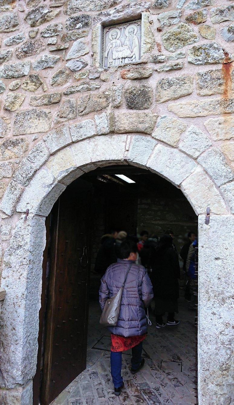 メテオラ地方でアギオス・ステファノス修道院に入ります