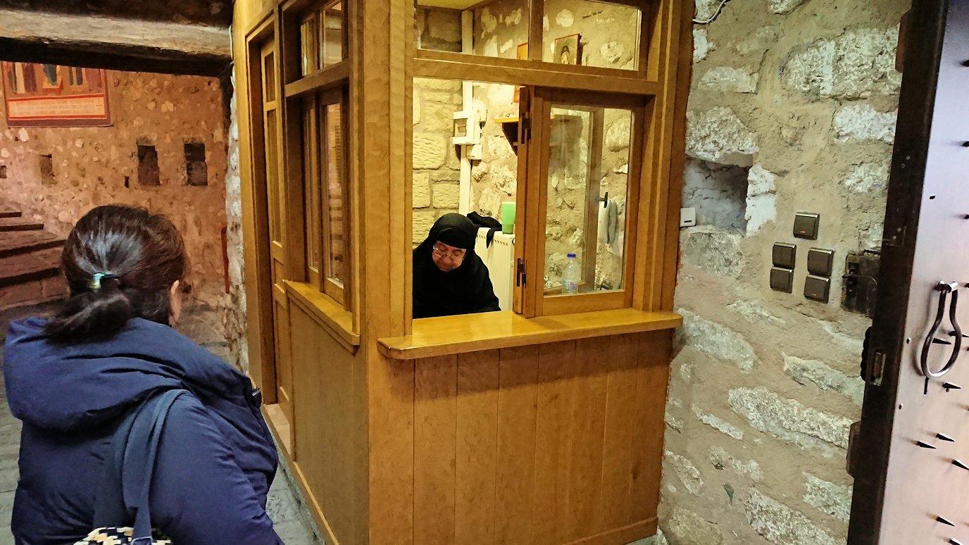 メテオラ地方でアギオス・ステファノス修道院の入口のチケット売り場