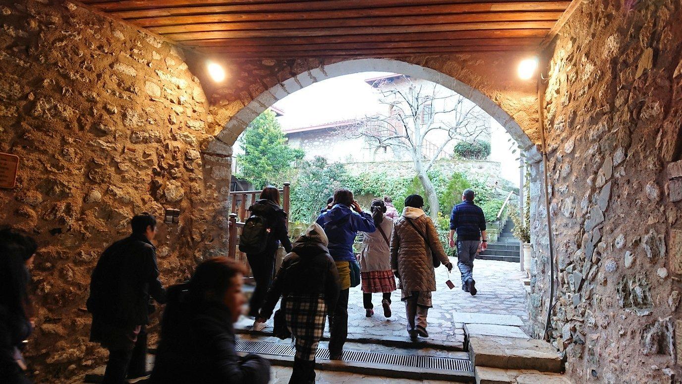 メテオラ地方でアギオス・ステファノス修道院の入口を入っていきます