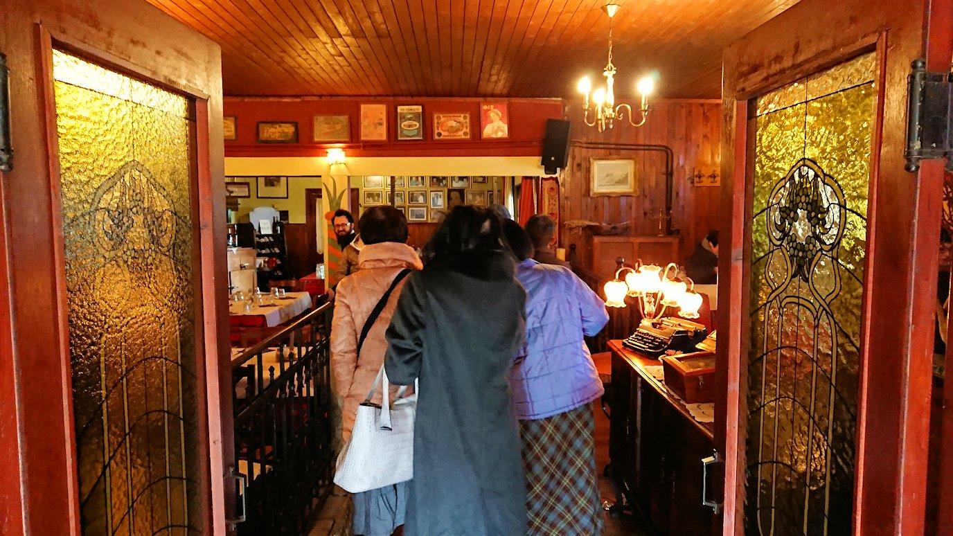 メテオラ観光後に昼食のレストランに入る様子