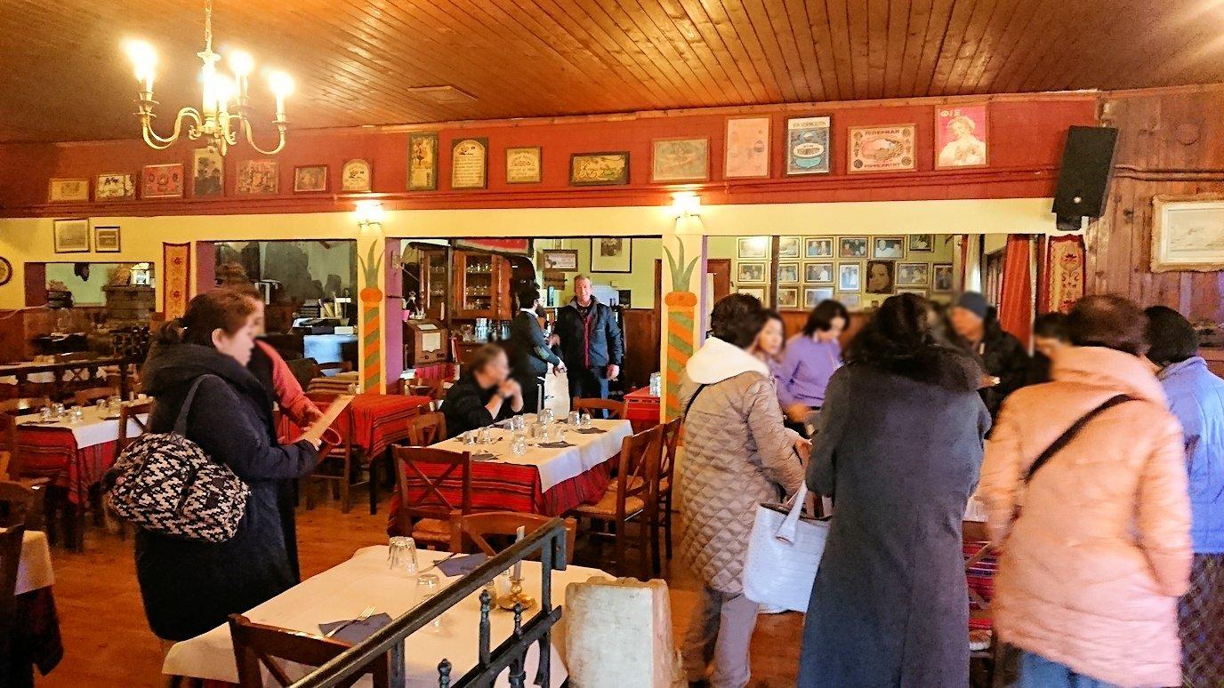 メテオラ観光後に昼食のレストランに入る様子3