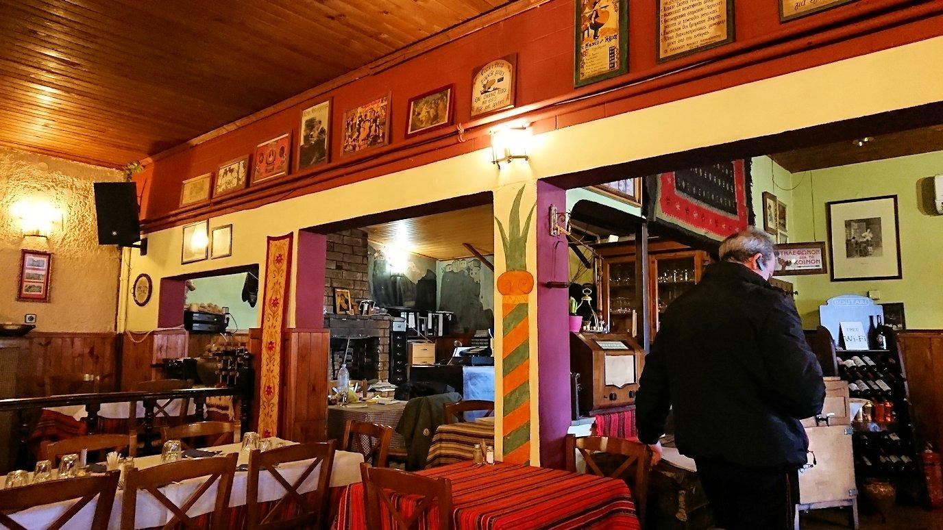 メテオラ観光後に昼食のレストランに入る様子4