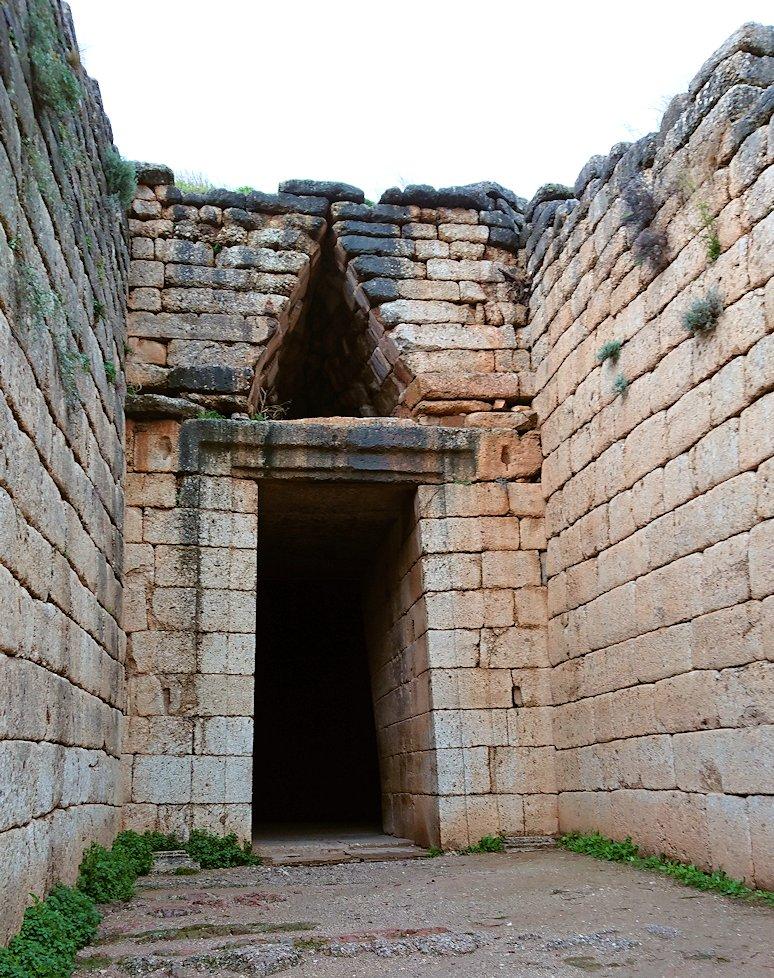 ミケーネ遺跡のアトレウスの宝庫に進む