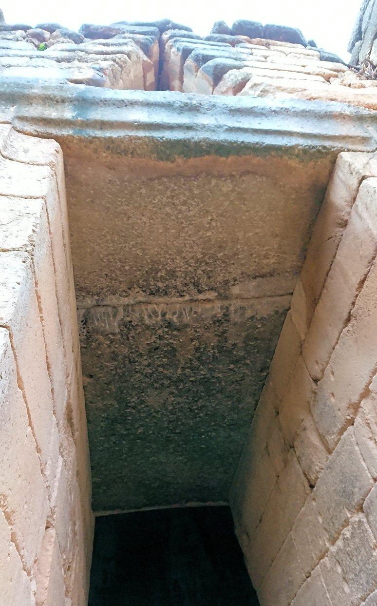 ミケーネ遺跡のアトレウスの宝庫の入口の一枚岩