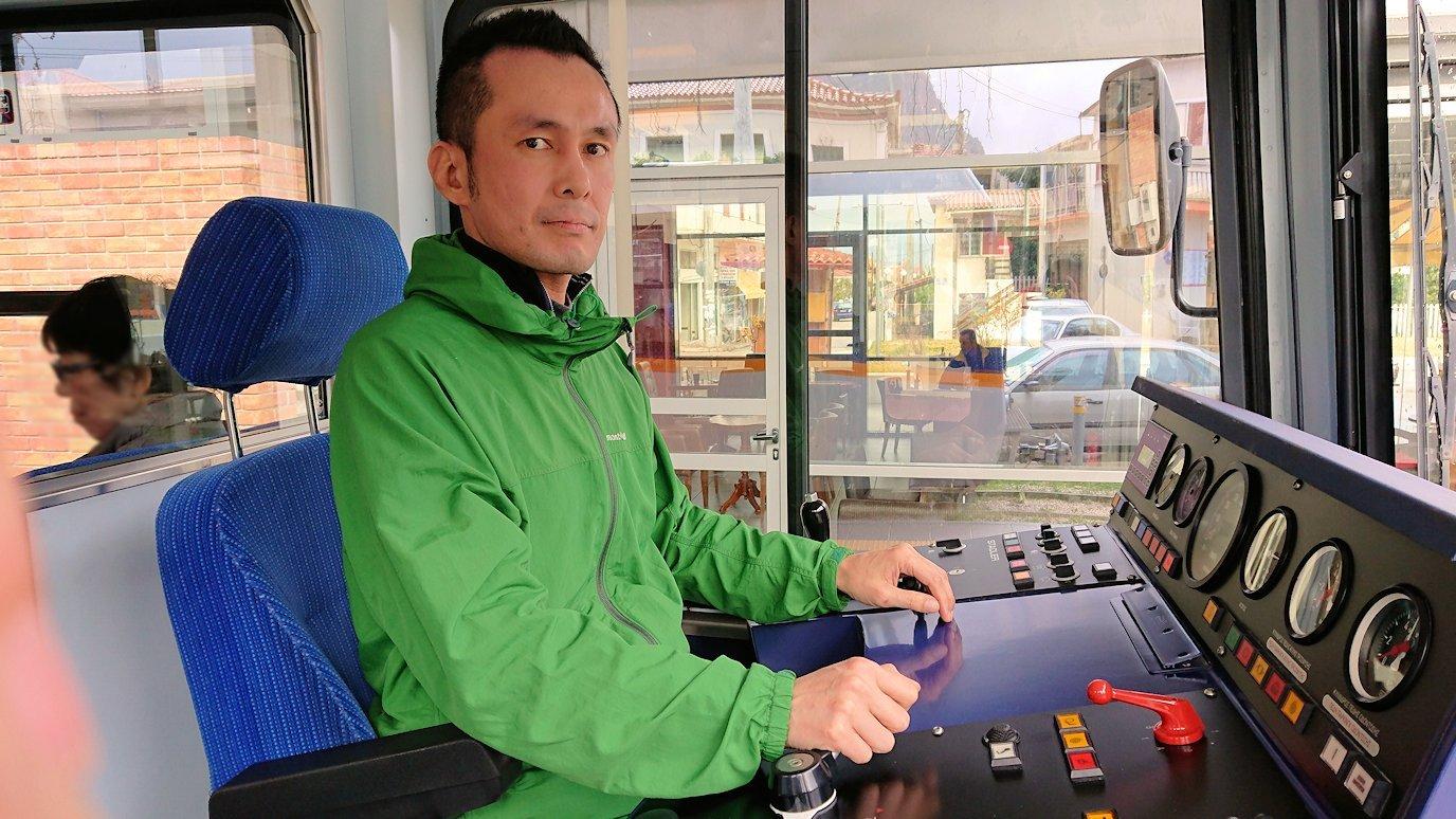 オドンドトス登山鉄道列車の運転席でポーズ