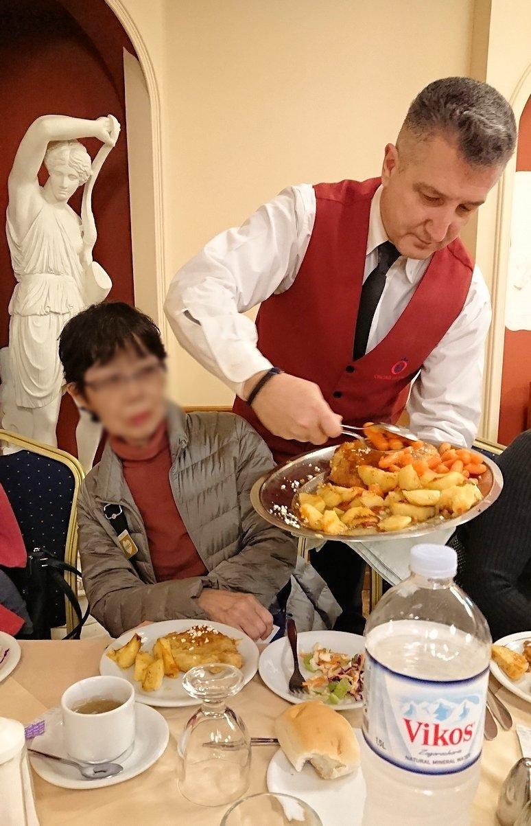 アテネのホテルのレストラン会場での夕食の様子