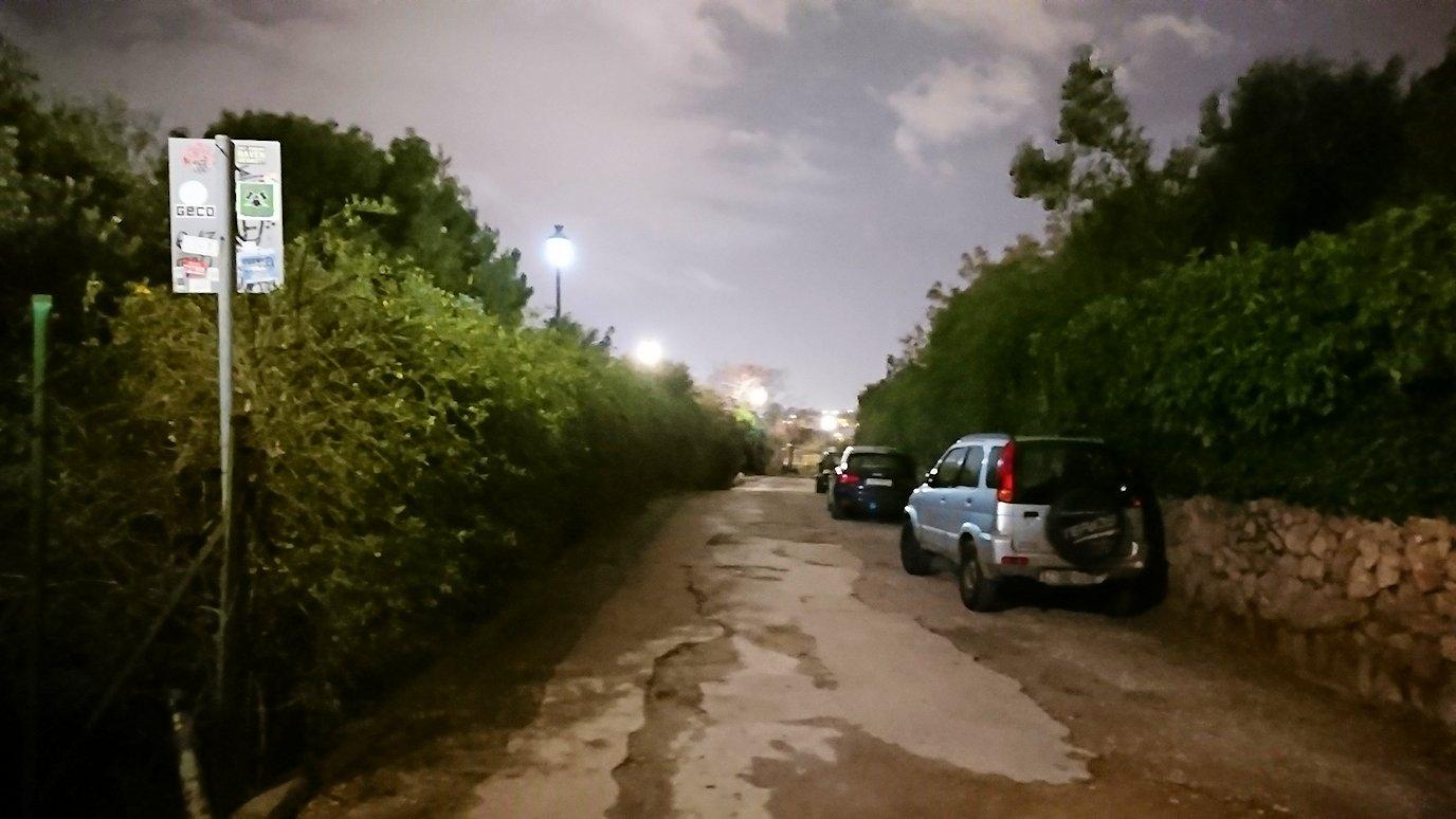 アテネの夜のアクロポリス周辺で暗闇が広がる路地で・・3
