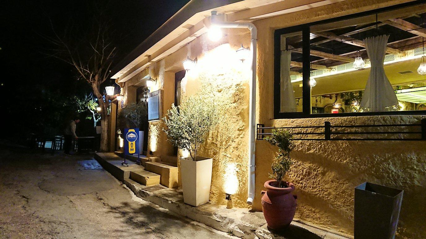 アテネの夜のアクロポリス周辺で暗闇が広がる路地で・・