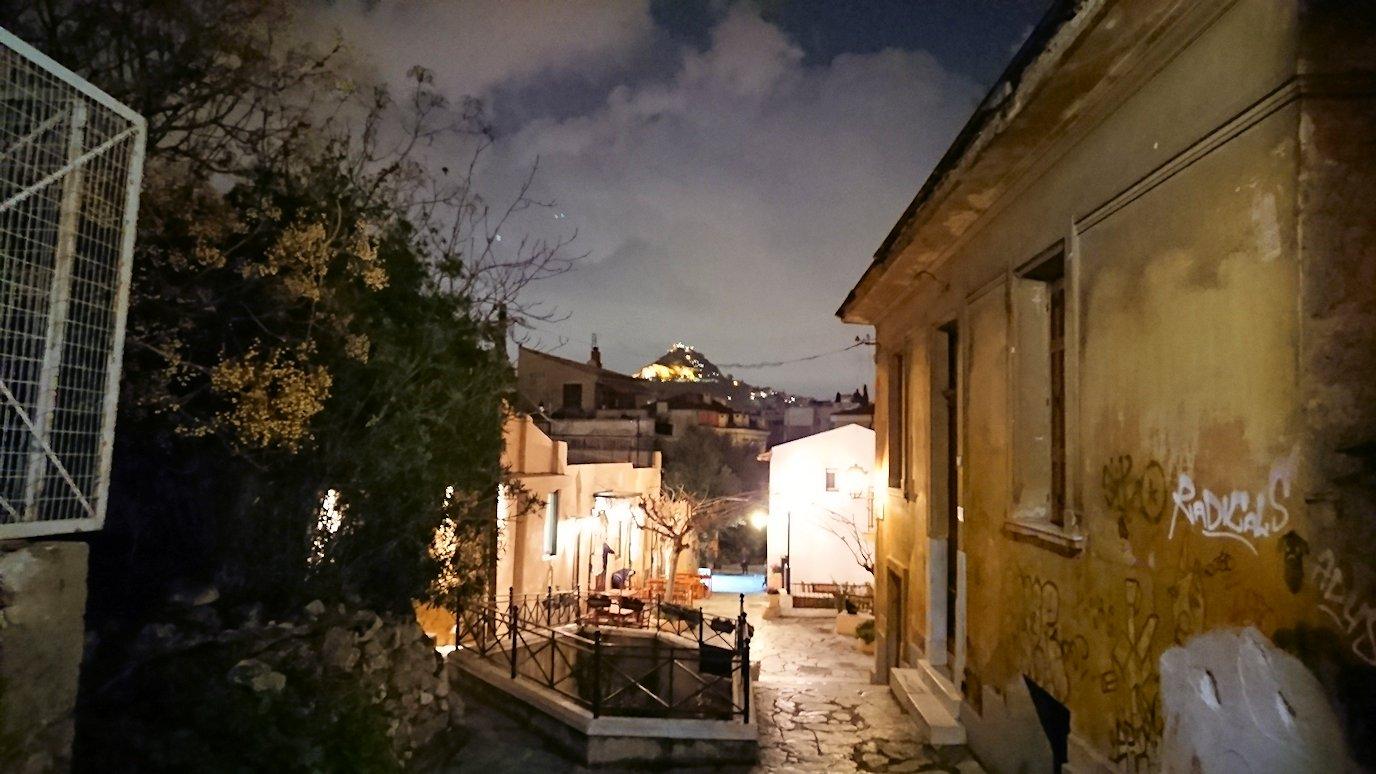 アテネの夜のアクロポリス周辺で暗闇が広がる路地で・・5