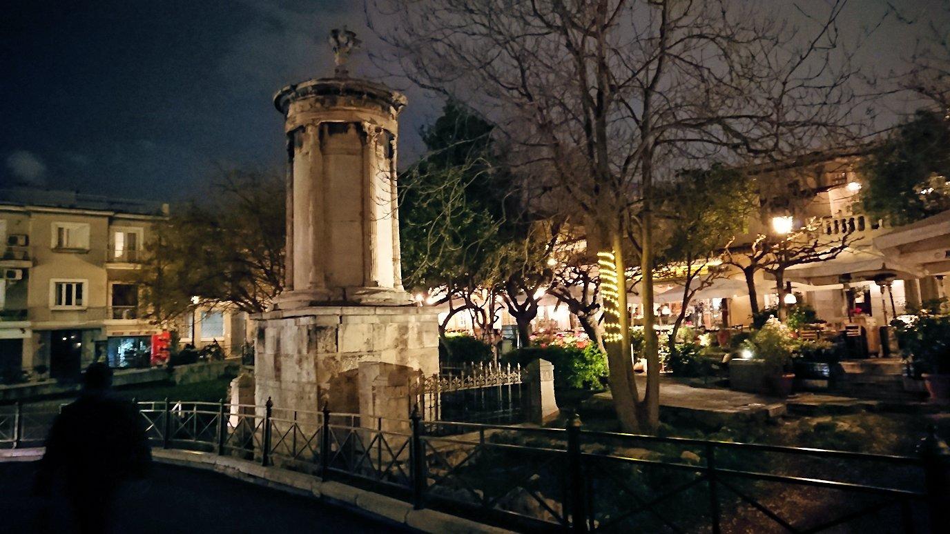 アテネの夜のアクロポリス周辺で暗闇が広がる路地で・・6