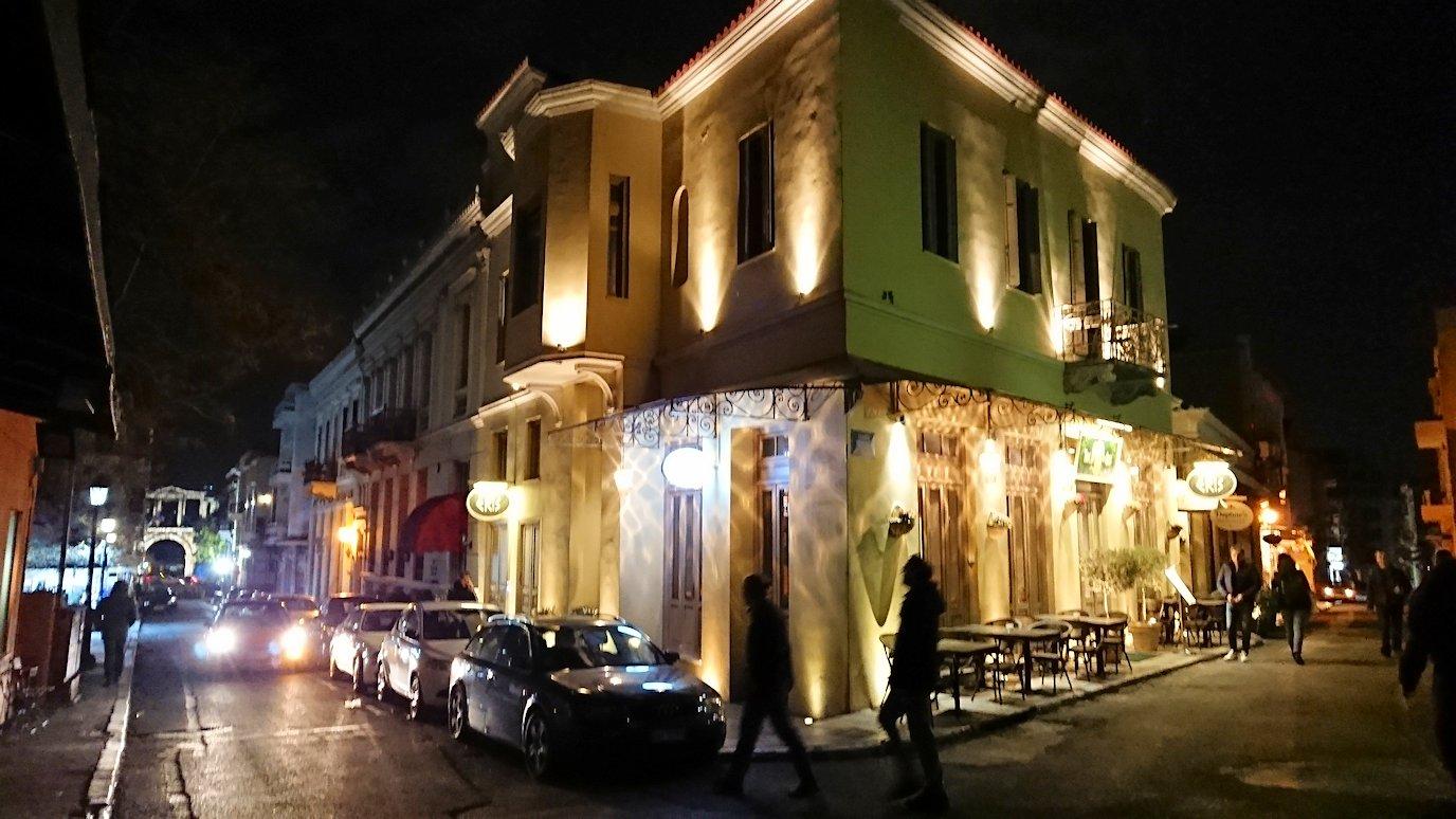アテネの夜のアクロポリス周辺で暗闇が広がる路地で・・7