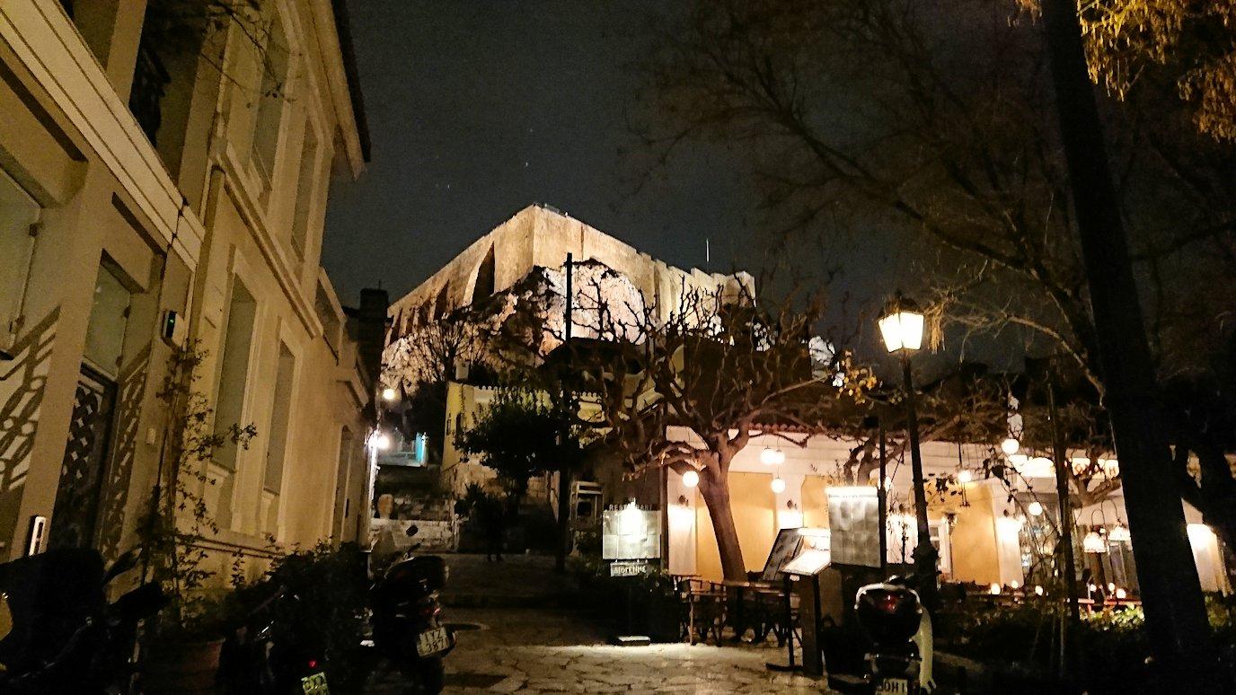 アテネの夜のアクロポリス周辺のプラカ地区にて