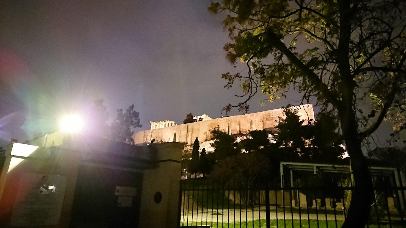 アテネの夜のアクロポリス周辺で写真撮影位置を探す