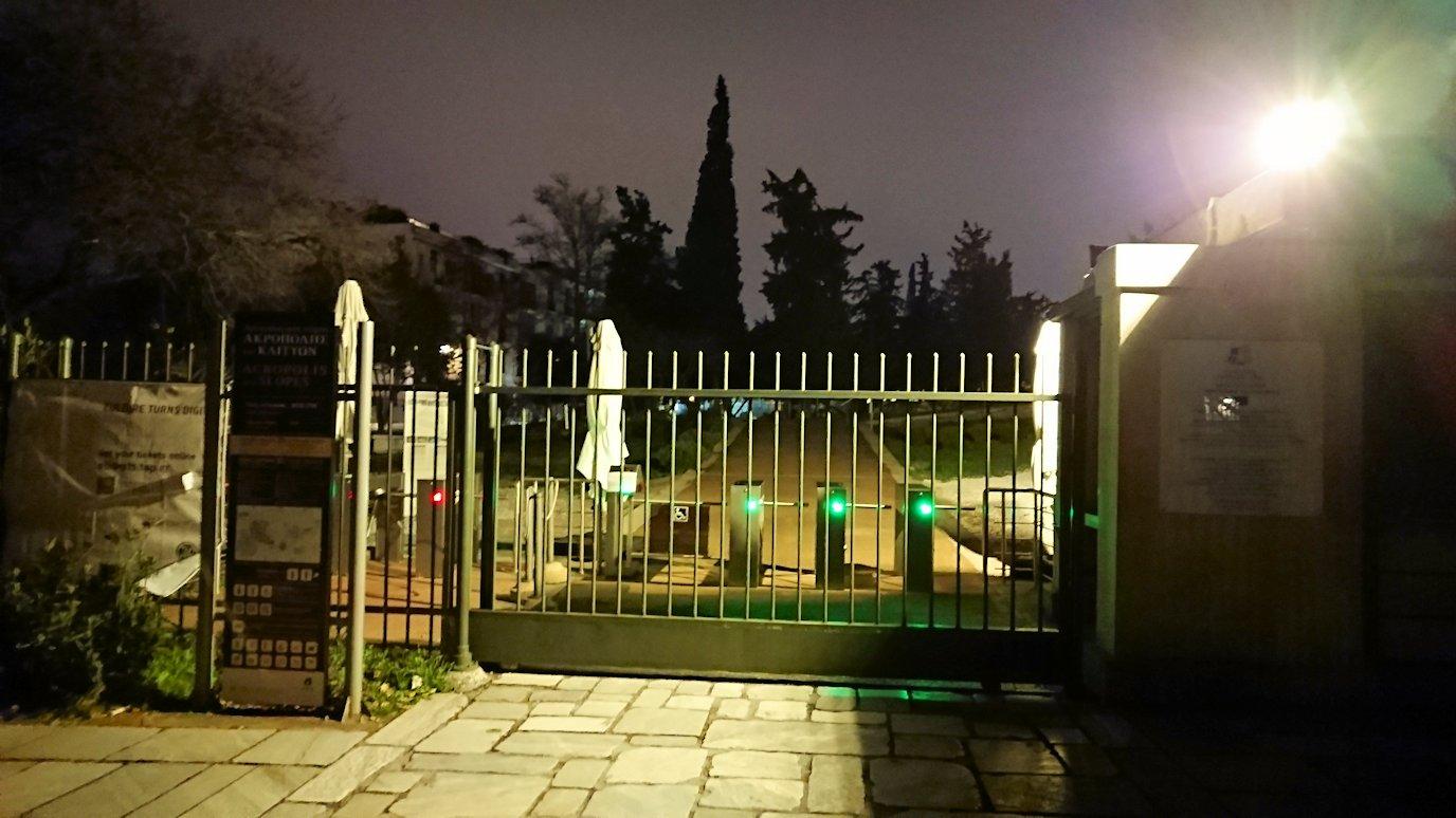 アテネの夜のアクロポリス周辺で写真撮影位置を探す2