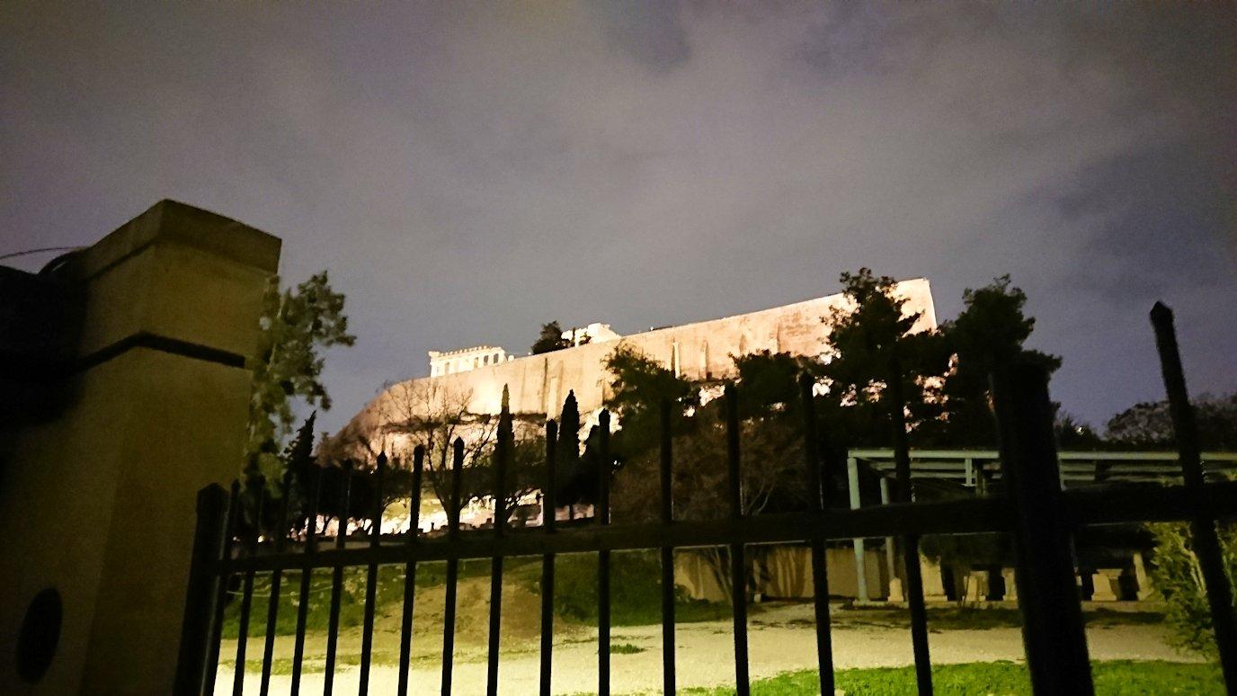 アテネの夜のアクロポリス周辺で写真撮影位置を探す3