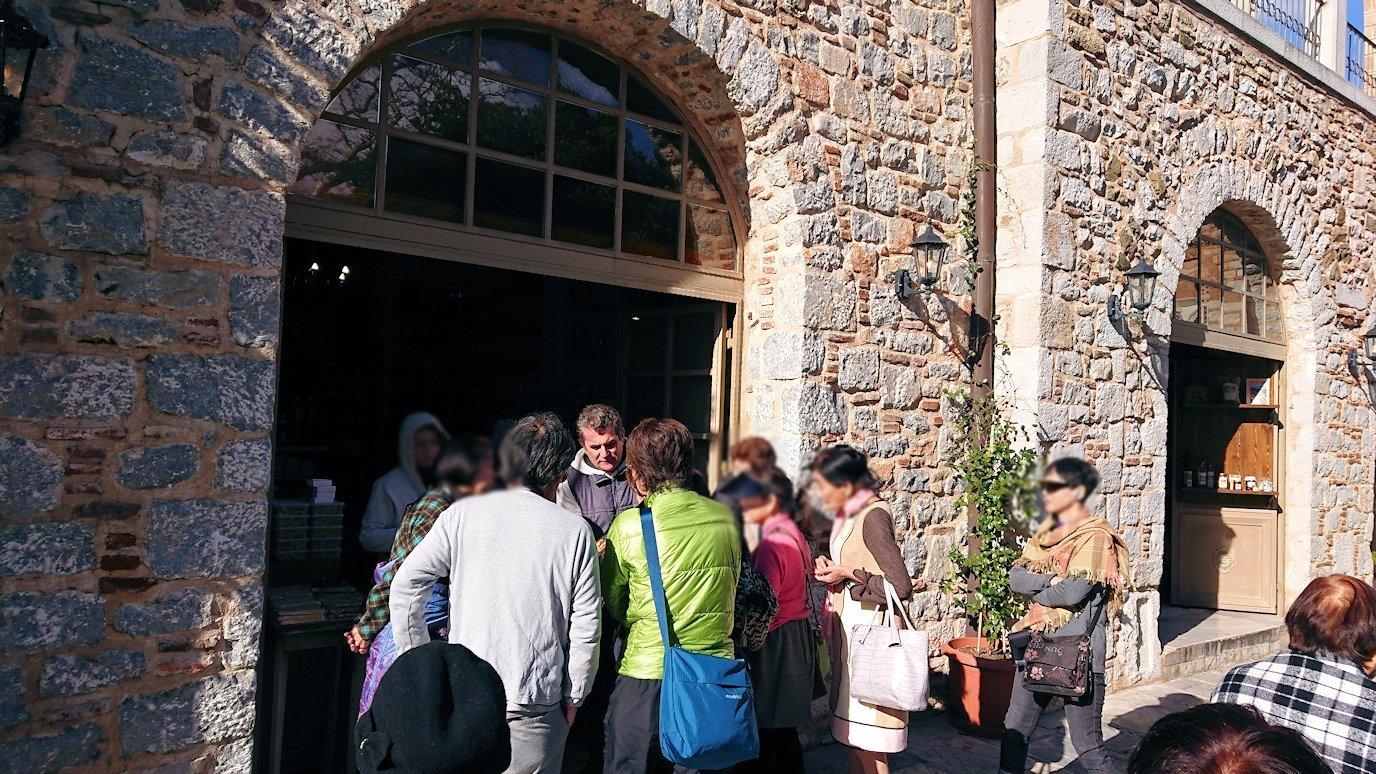 オシオス・ルカス修道院の入口の前のお土産物屋さんにて8
