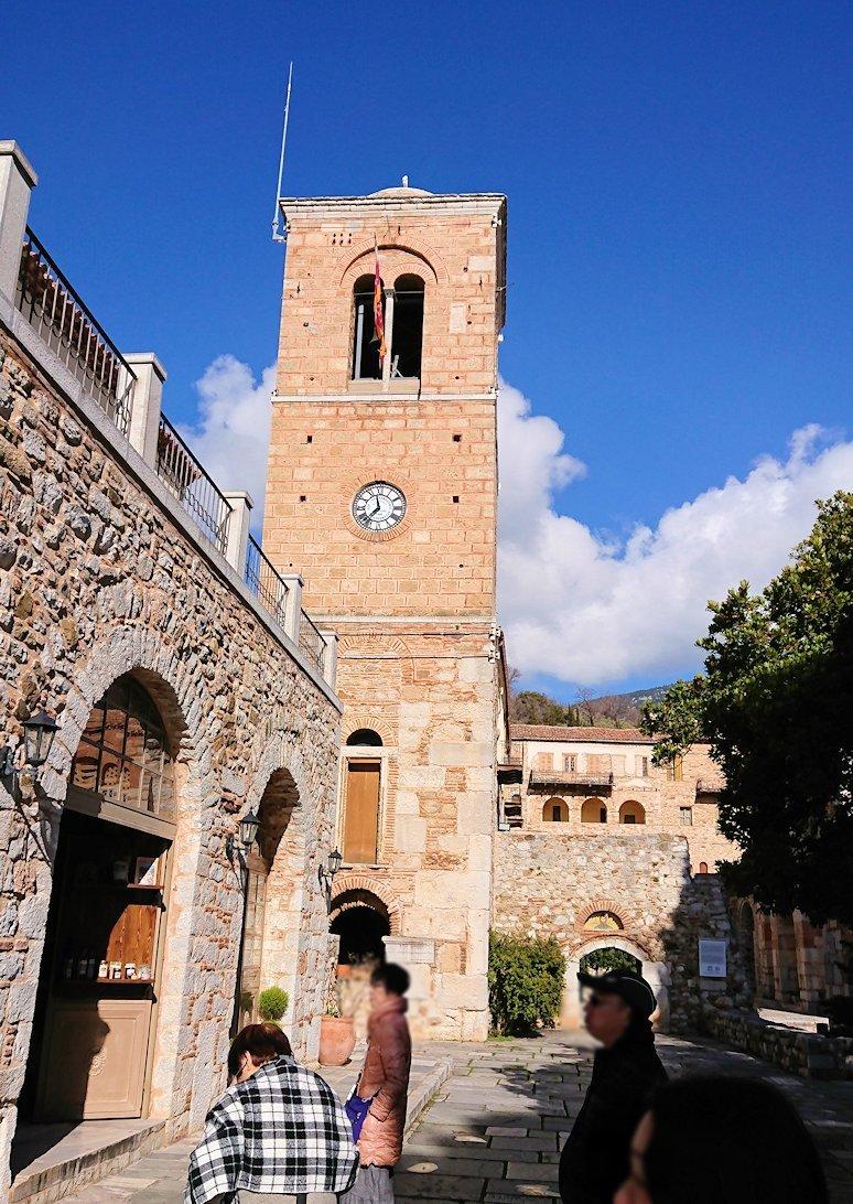 オシオス・ルカス修道院の入口に進みます