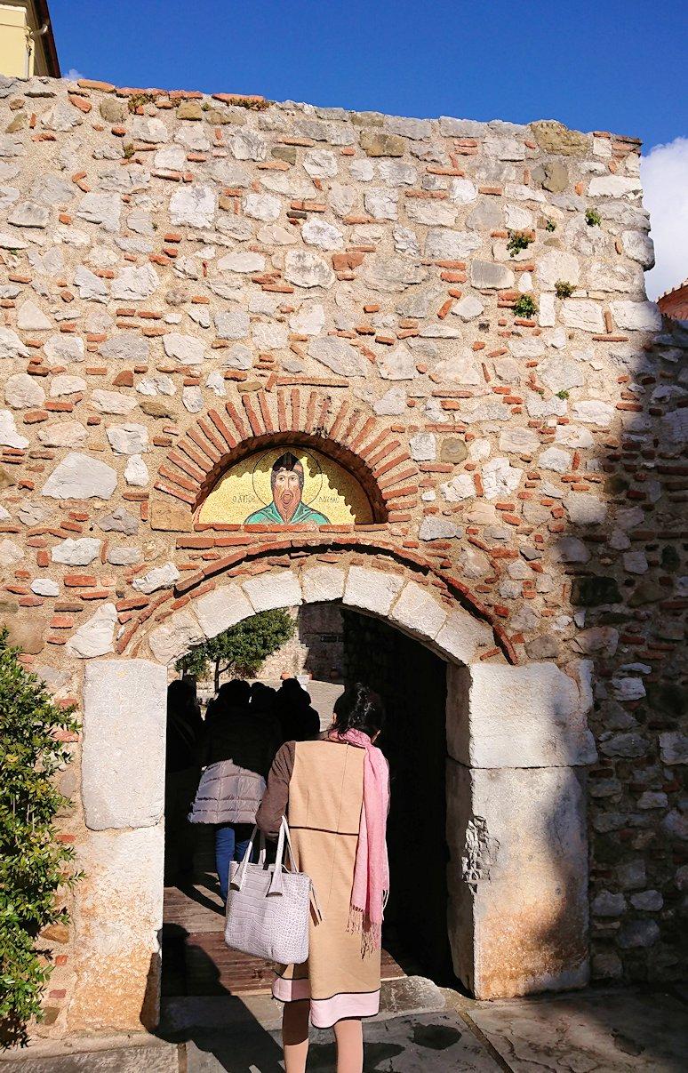 オシオス・ルカス修道院の入口に進みます4